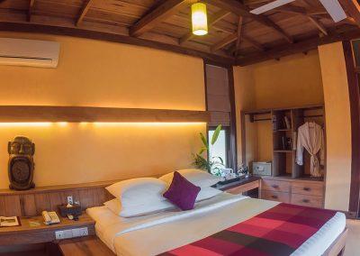 bungalow-bed-wood-veranda-kep