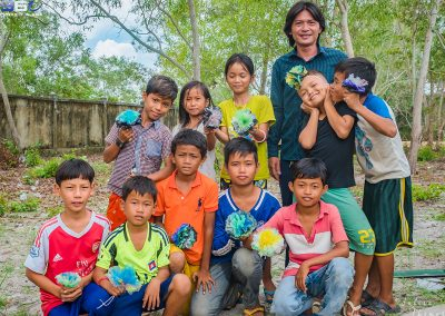 schoolchildren-flower-plastic-craft-recycle