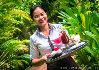 waitress-garden-drink-hotel-cambodia
